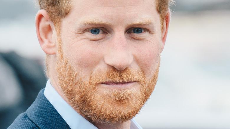 Il principe Harry ha le labbra arricciate