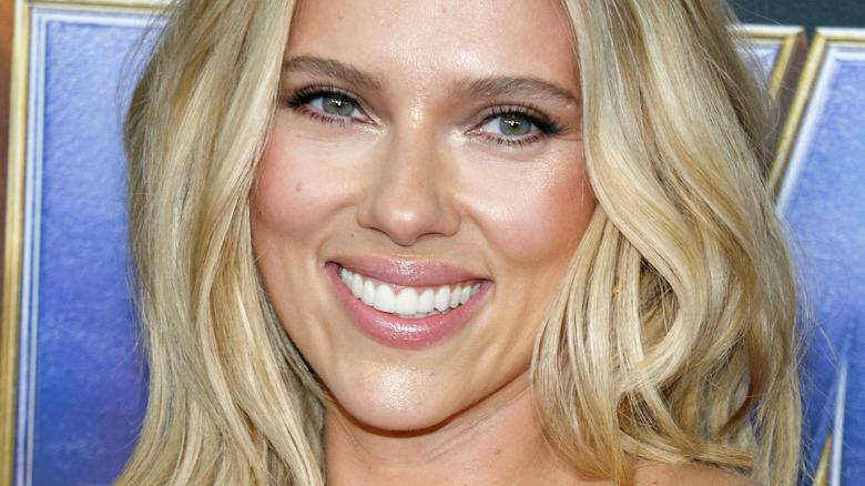 Scarlett Johansson sorride alla telecamera