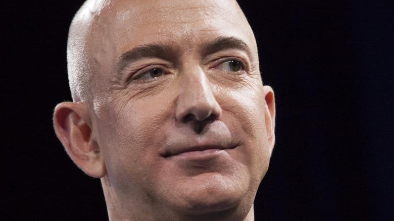 Jeff Bezos sorride