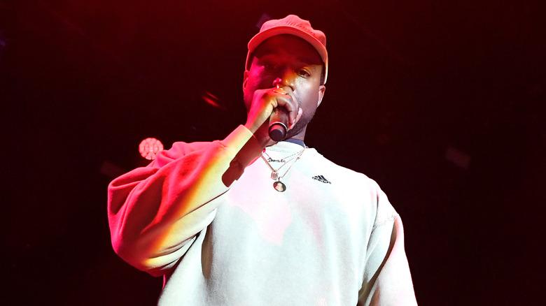 Kanye West si esibisce