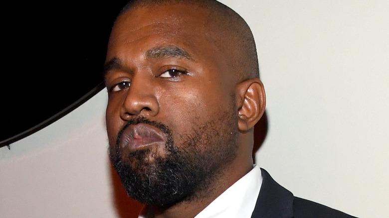 Kanye West indossa un abito dall'espressione seria