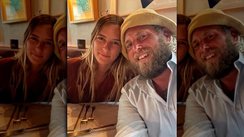 Sarah Brady e Jonah Hill sorridono in un selfie