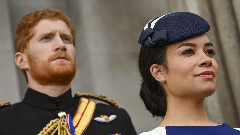 Jordan Dean nei panni del principe Harry e Sydney Morton nei panni di Meghan Markle in Harry & Meghan: Escaping the Palace