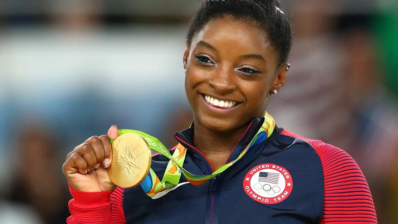 Simone Biles con medaglia