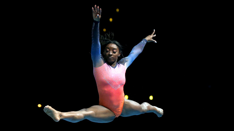 Simone Biles che salta