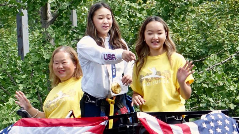 Suni Lee con sua sorella e sua madre