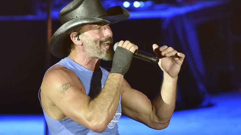 Tim McGraw canta a un concerto