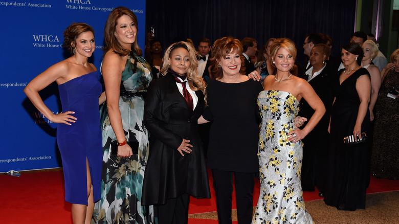 Il cast di The View Paula Faris, Michelle Collins, Raven-Symone, Joy Behar e Candace Cameron-Bure partecipano alla cena dell'Associazione dei corrispondenti della 102a Casa Bianca