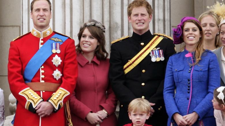 Le principesse Eugenie e Beatrice con i loro cugini, i principi William e Harry