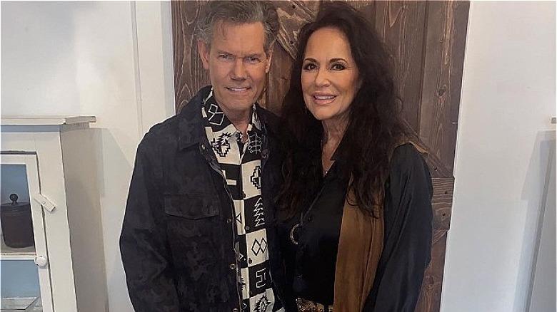 Randy Travis tiene in braccio la moglie Mary Davis