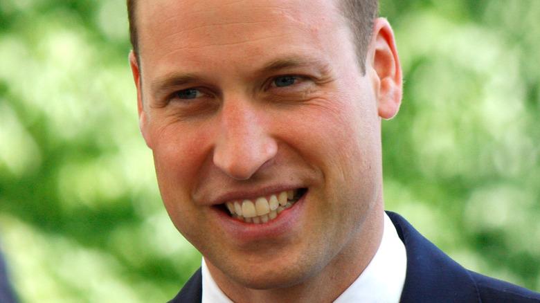 Il principe William sorride