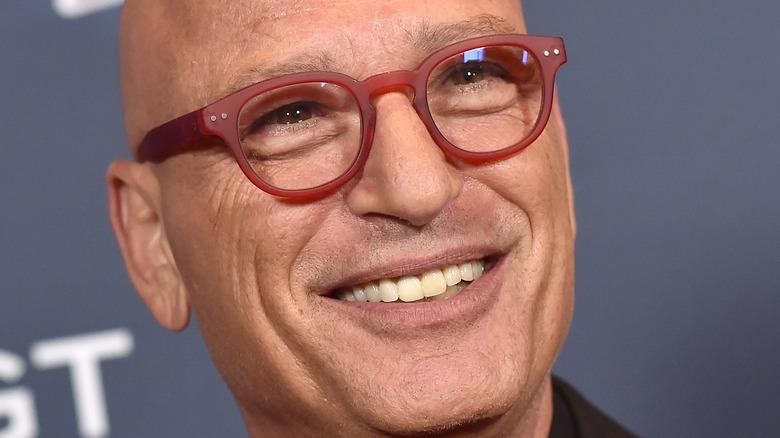 Howie Mandel sorride sul red carpet