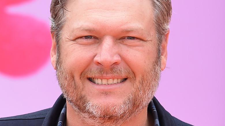 Blake Shelton sorride alla premiere delle bambole brutte