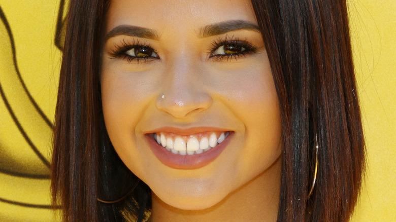 Becky G sorridente
